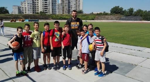 Павел Маринов зарадва деца от школата на Тигър Ямбол (снимки)