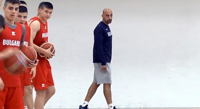 Христо Ценов тренира група от 20 момчета U16, чакат още трима