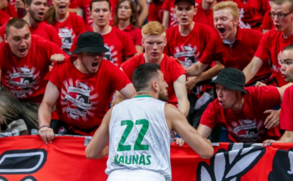 Абсурдна сцена в литовския финал - фен изблъска играч на терена