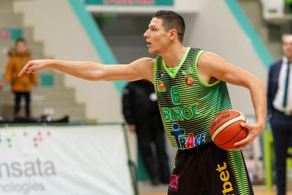 Николай Стоянов остава в Берое