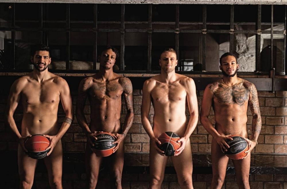 Играчи на Йоникос се съблякоха голи за благотворителна кауза