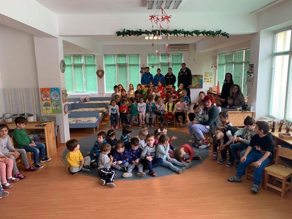Академик Бултекс 99 зарадва деца с мартеници