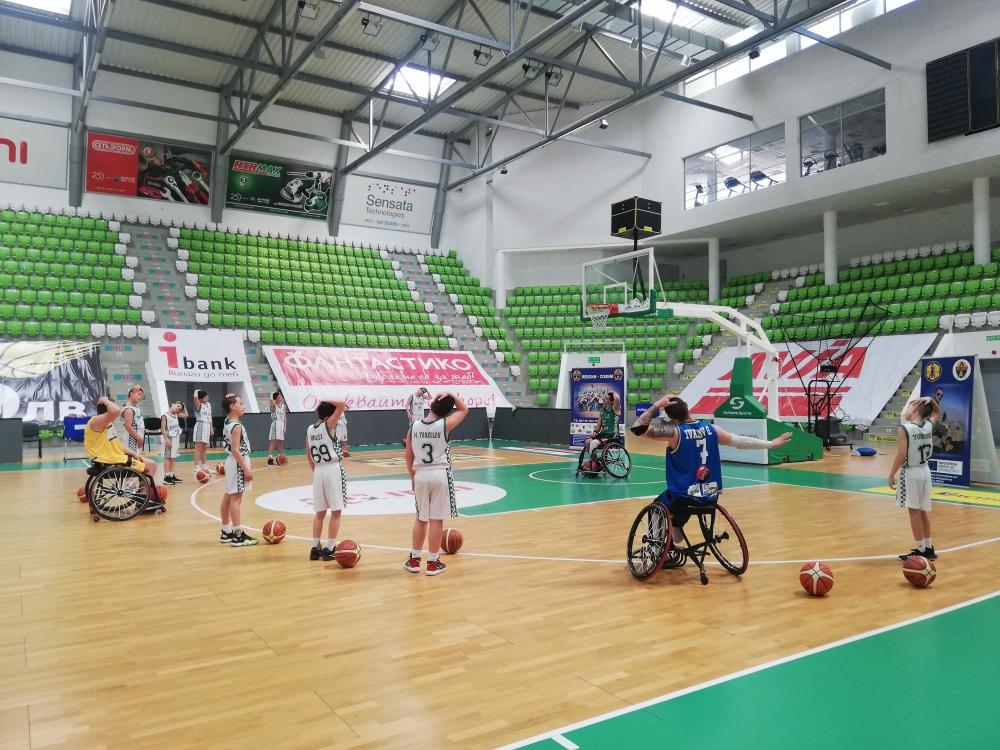 Баскетболистите на колички от Левски изиграха демонстративен мач с Балкан U12